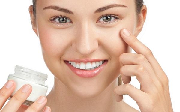 Перед нанесением мейк-апа рекомендуется увлажнить кожу кремом
