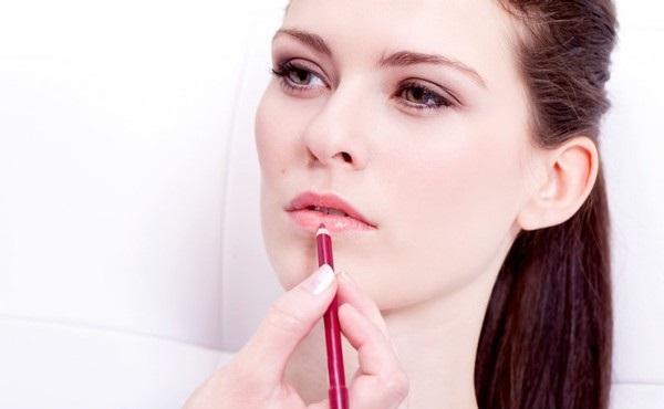 Использование карандаша поможет визуально увеличить губы