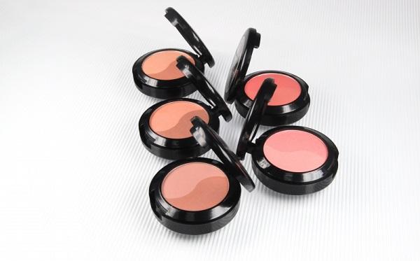 Компактные румяна всегда могут быть под рукой и помогут быстро подправить макияж
