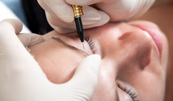 Чтобы брови дольше сохраняли свою форму, можно выполнить татуаж бровей