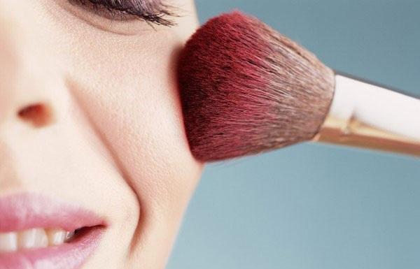 Используются румяна, как для придания коже нужного оттенка, так и для коррекции участков лица