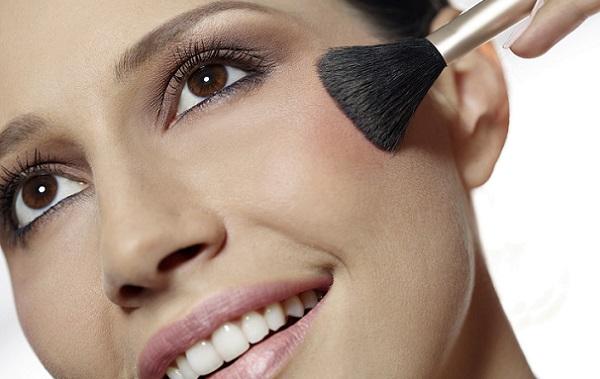 С помощью румян можно проводить контурирование формы лица