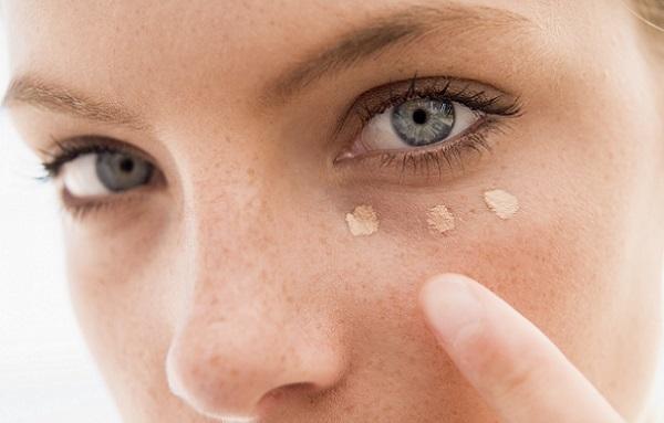 Корректор поможет скрыть следы усталости под глазами