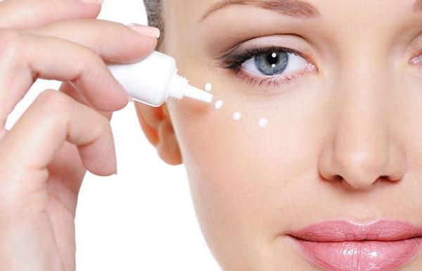 Участки кожи, на которые будет наноситься консилер, прежде следует увлажнить кремом