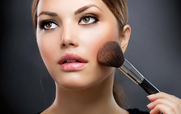 Нанесение макияжа для круглого лица имеет свои правила