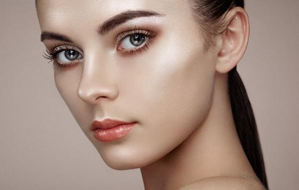 Овальное лицо обычно не требует коррекции и достаточно выделить нужные участки хайлайтером