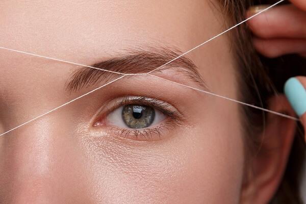 Коррекция бровей нитью является более сложной процедурой