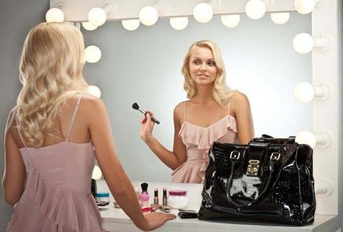 Для нанесения румян, как и другой косметики, должно быть подходящее зеркало и яркое освещение
