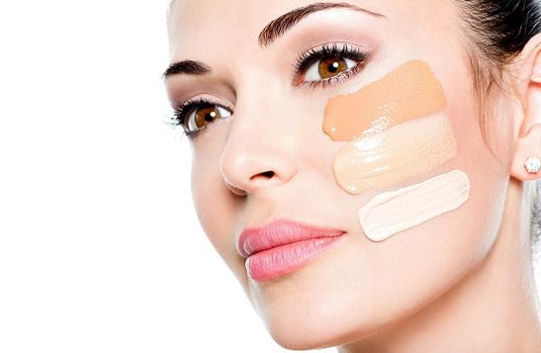 Для макияжа в стиле Гэтсби необходимо выбирать тональный крем более светлого оттенка