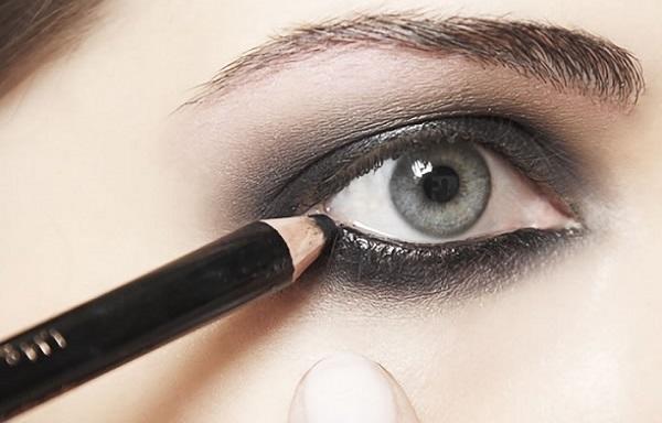 Для выделения глаз используется черный карандаш и тени