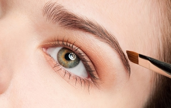 Скорректировать брови тенями зачастую проще, чем с применением карандаша