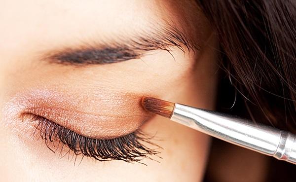 При выделении глаз обладательницам квадратного лица следует использовать не более 2 оттенков теней