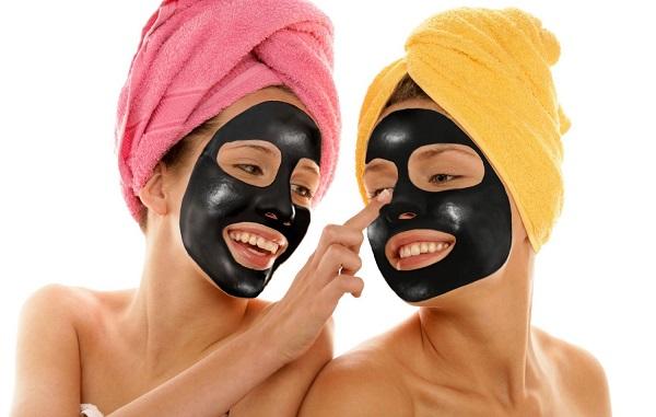 Черная маска отлично подходит для ухода за жирной кожей