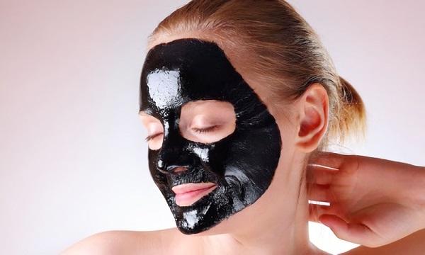 С помощью черной маски можно добиться комплексного воздействия на кожу лица