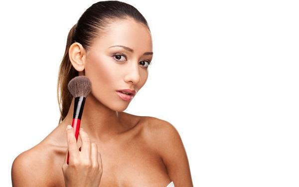 Бронзатор можно использовать, как для повседневного, так и для макияжа на праздник