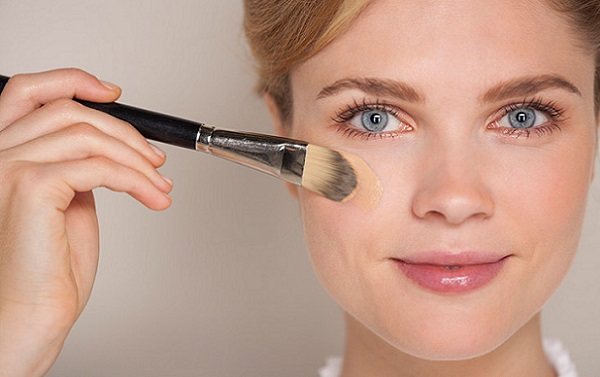 В зависимости от цвета волос и кожи, тональный крем может наноситься по-разному