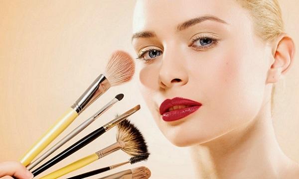 Помимо косметики следует также правильно подобрать кисти для нанесения корректирующего макияжа