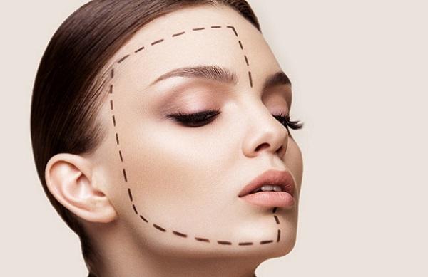 Правильно нанесенный по контуру макияж поможет скорректировать форму лица