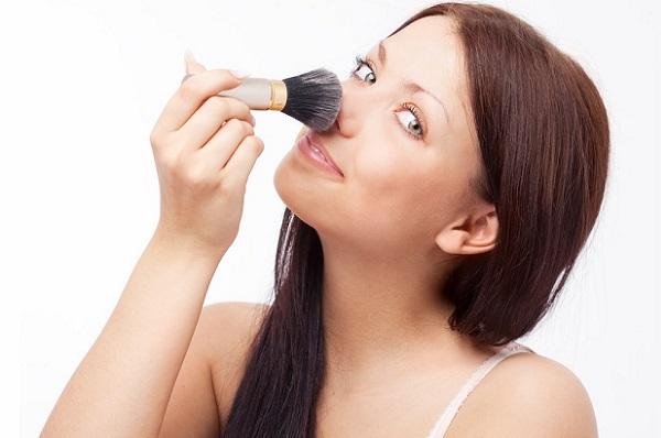 Изменить визуально форму носа можно, применив различные оттенки пудры