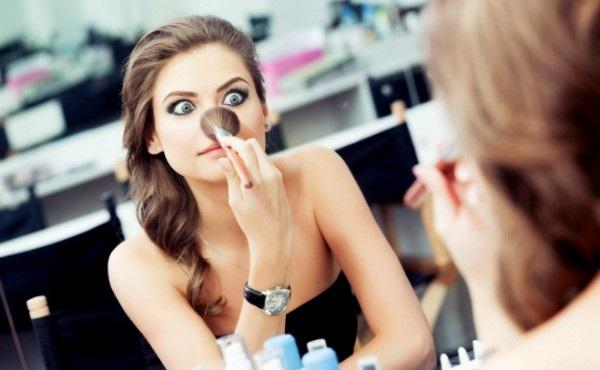 Подходящие зеркало с косметикой помогут скорректировать форму носа