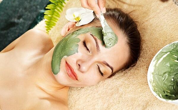 Маски на основе зеленой глины способны очищать и тонизировать кожу лица