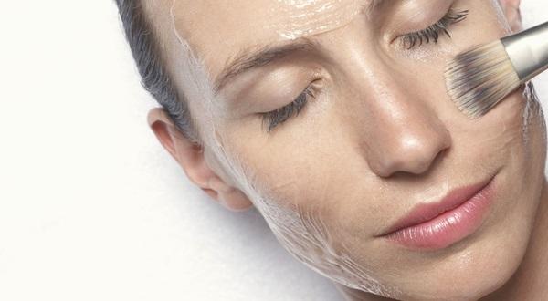 После нанесения маски-пленки, следует некоторое время оставаться в неподвижном состоянии для должного эффекта