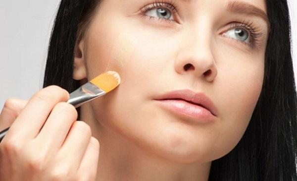 Наносить косметические средства на круглое лицо следует вертикальными движениями