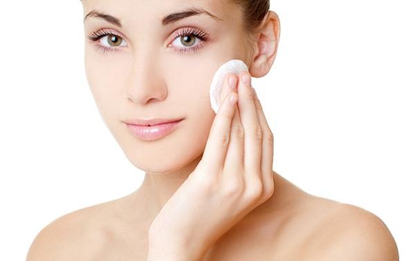 Очищать кожу следует перед любым макияжем