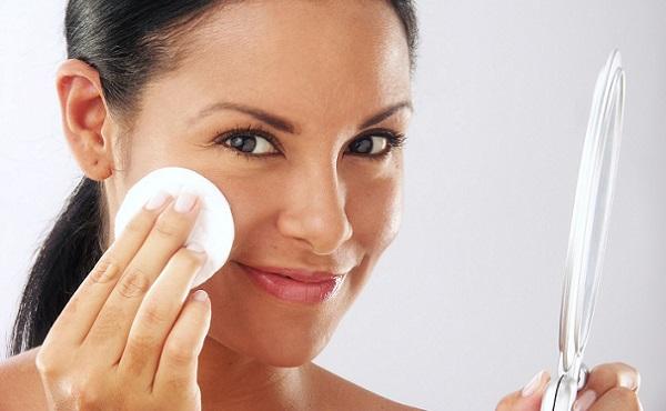 Очистка кожи перед нанесением макияжа - обязательное действие для любой формы лица