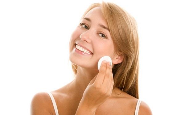 Перед нанесением коррекционного макияжа кожу лица следует очистить