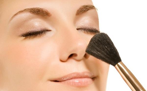 Коррекционный макияж не обходится без пудры
