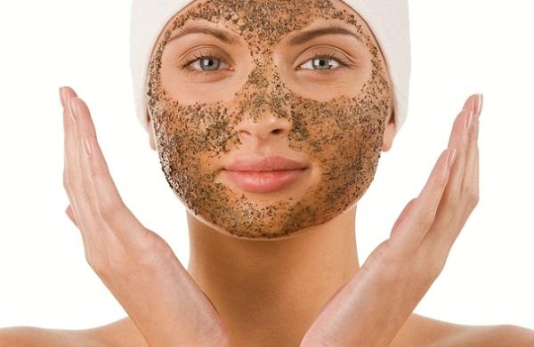 На подготовительном этапе следует обработать кожу скрабом