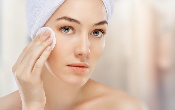 Удаление макияжа - обязательный пункт перед нанесением маски