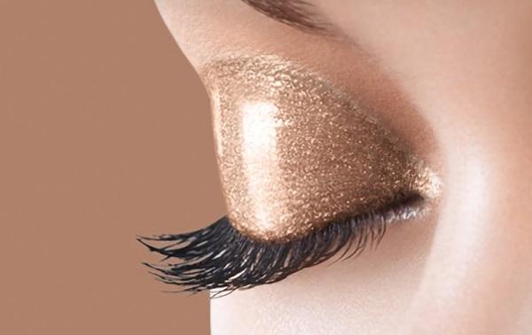 Для влажного макияжа глаз предпочтение отдается натуральным или золотистым оттенкам