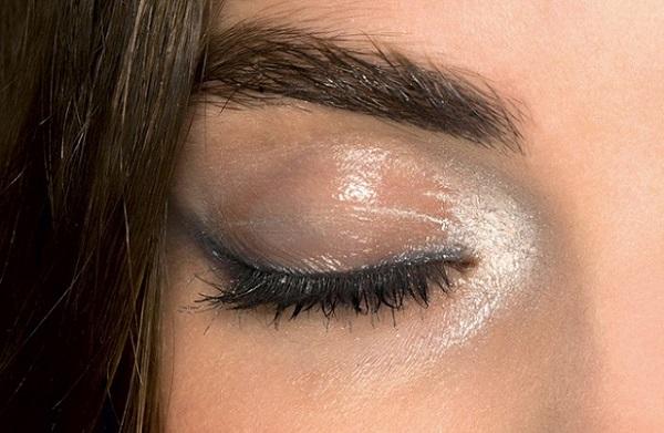 Влажный макияж глаз не используется, как повседневный, в силу быстрой потери своей стойкости