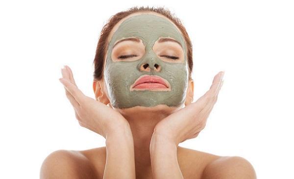 Нормализовать цвет кожи лица поможет маска из масла чайного дерева с зеленой глиной