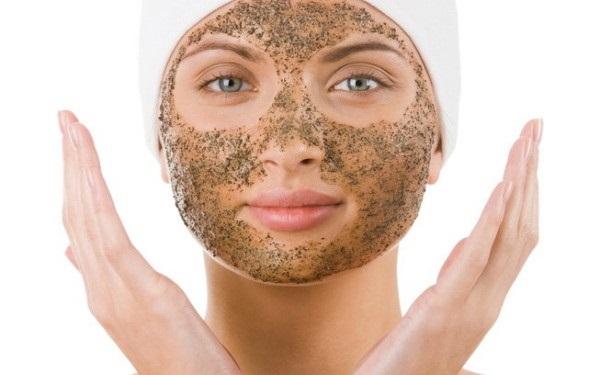 Для очищения кожи лица достаточно использовать кофейную гущу совместно с кокосовым маслом
