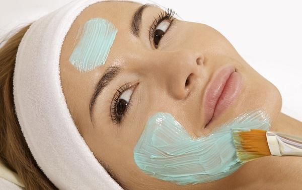 Омолодить кожу поможет маска из кокосового масла с голубой глиной
