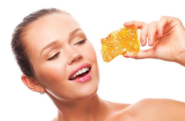При приготовлении маски на основе жемчужной пудры можно добавить мед