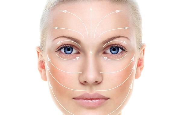 Наносить маску на основе масла следует легкими массажными движениями по всей поверхности лица