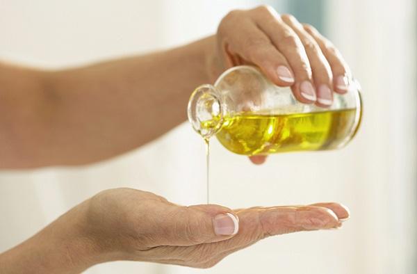 Эффективность маски повысится, если совместно с касторовым использовать оливковое масло