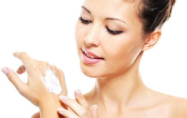 Чтобы не возникла аллергическая реакция, следует нанести немного маски на запястье и проследить за реакцией