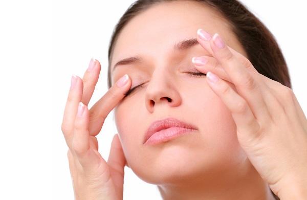 Масло допускается применять для ухода за областью вокруг глаз