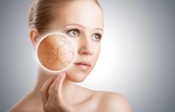 При появлении на лице сухости необходимо применять увлажняющие маски