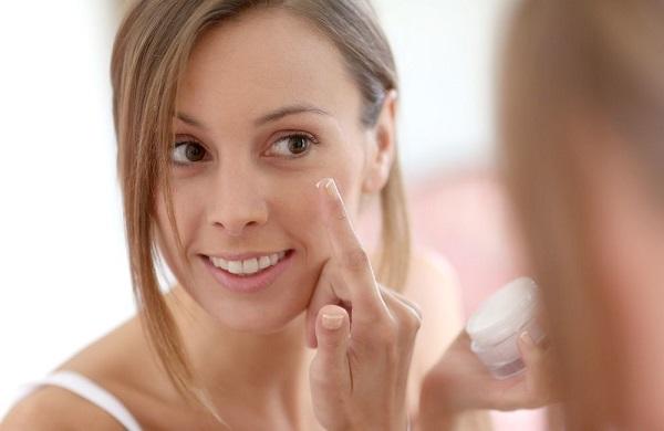 Увлажнение лица кремом необходимо после проведения процедур с масками и скрабами