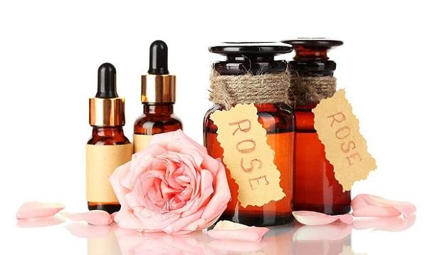Чтобы подтянуть кожу лица и избавиться от ее сухости, рекомендовано масло розы