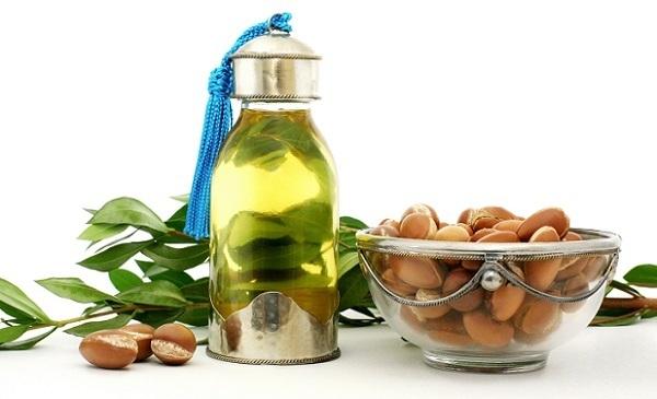 Для ухода за жирной и сухой кожи также можно применять аргановое масло