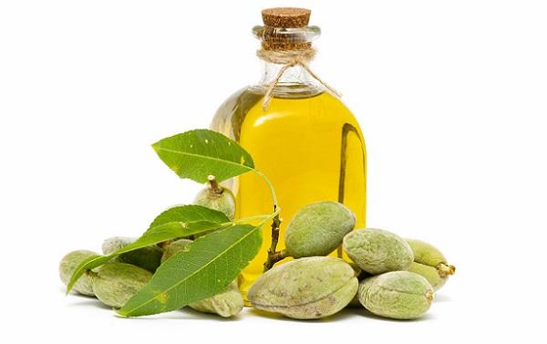Для сужения пор следует применять миндалевое масло