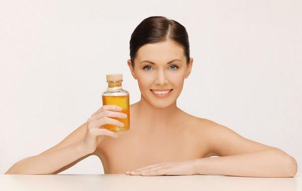 Облепиховое масло богато на витамины, благодаря чему является эффективным средством для ухода за кожей