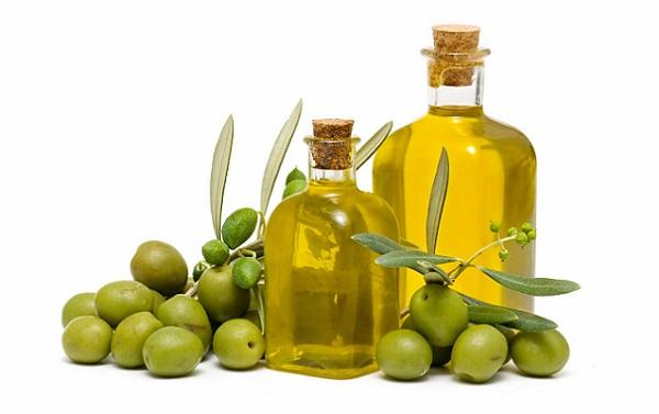 Оливковое масло благоприятное влияет на кожу лица, от чего используется для приготовления масок